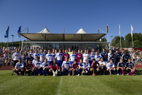 """Gruppenbild der """"Rügenauswahl"""" und FC Schalke 04"""