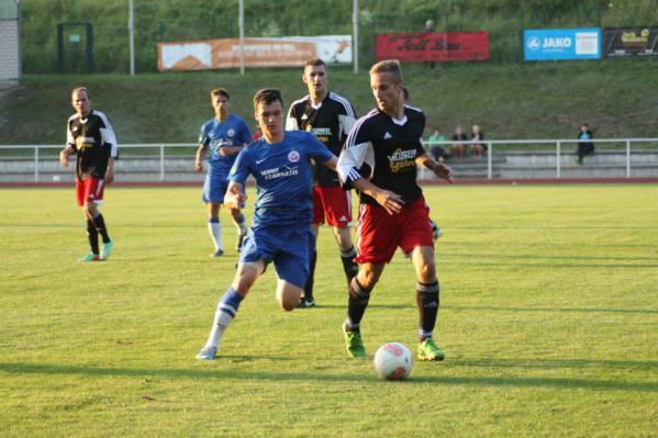 Tommy Wanke (r.) im Duell mit einem U19-Kicker des FC Hansa Rostock