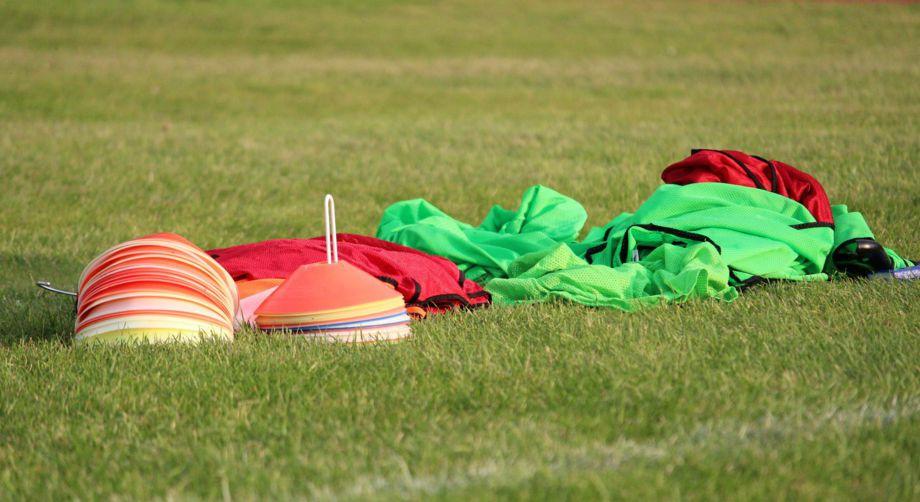 Hütchen und Leibchen auf dem Fussballplatz in Baabe